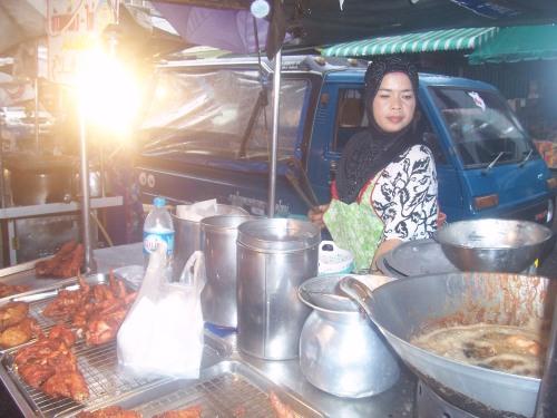 Peniaga Ayam Goreng di Haadyai